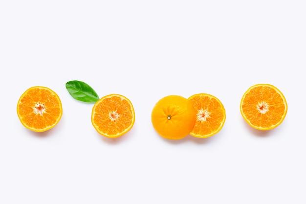 Свежий апельсин цитрусовых с листьями, изолированными на белой поверхности. сочный и сладкий, известный своим содержанием витамина с. вид сверху