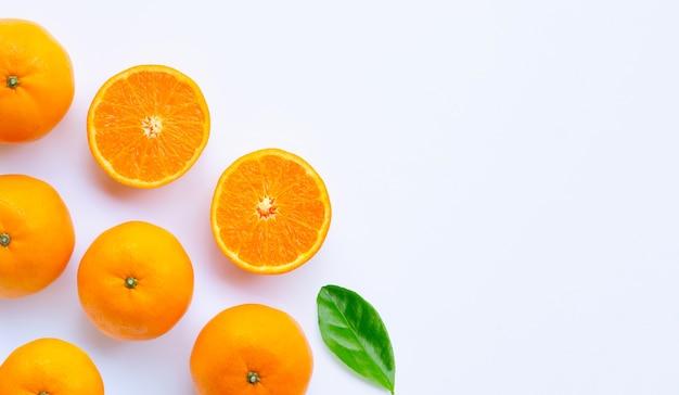 Свежий апельсин цитрусовых.