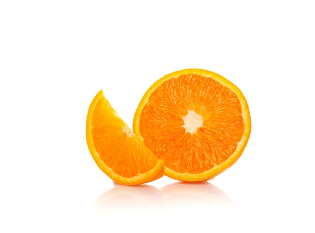 白に分離された半分にカットされた新鮮なオレンジ。セレクティブフォーカス。