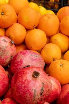 市場で販売されている新鮮なオレンジ。農業および果物製品