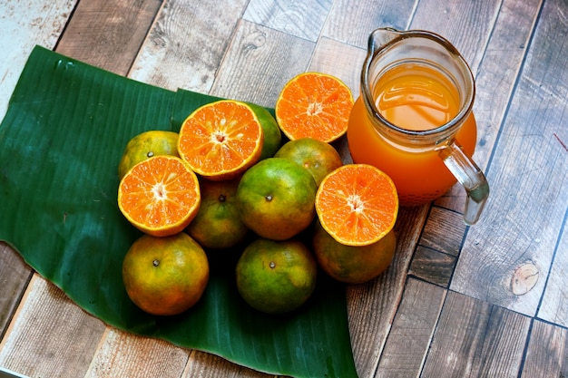 나무 테이블에 신선한 오렌지 과일과 오렌지 주스