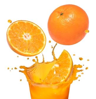 Свежий апельсиновый фрукт, падающий в апельсиновый сок, плещущийся на белом пространстве.