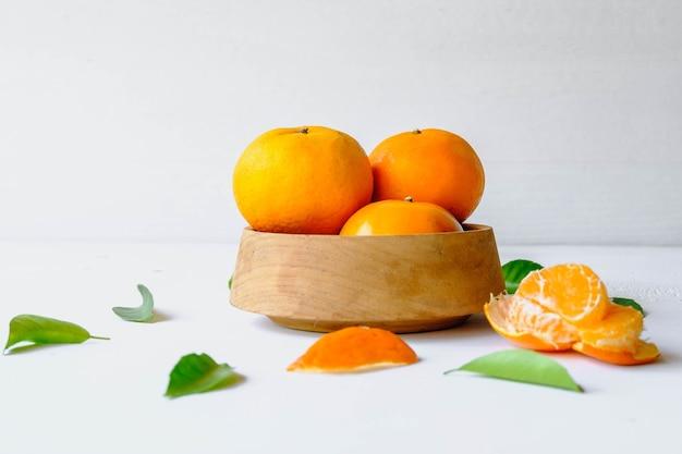 木製のボウルに新鮮なオレンジ色の果物