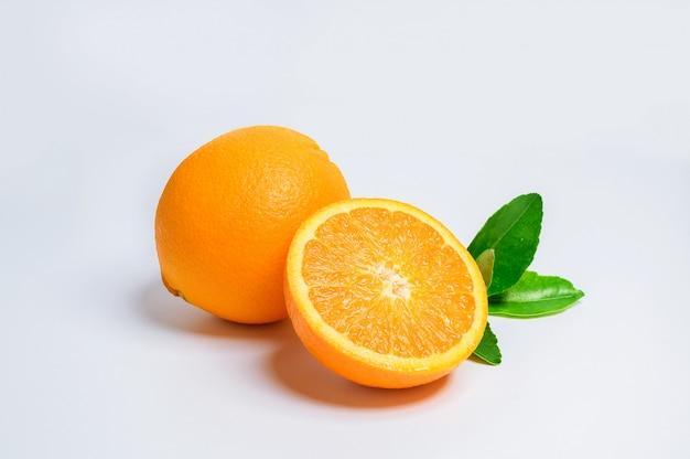 신선한 오렌지 과일 흰색 다시 지상에 격리입니다. 오렌지 슬라이스와 녹색 잎입니다.