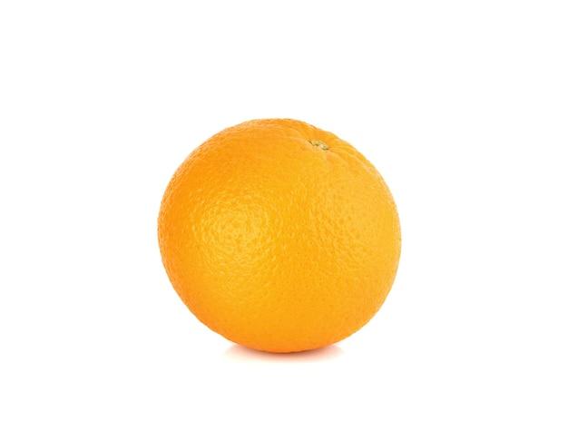흰색 배경에 고립 된 신선한 오렌지 과일