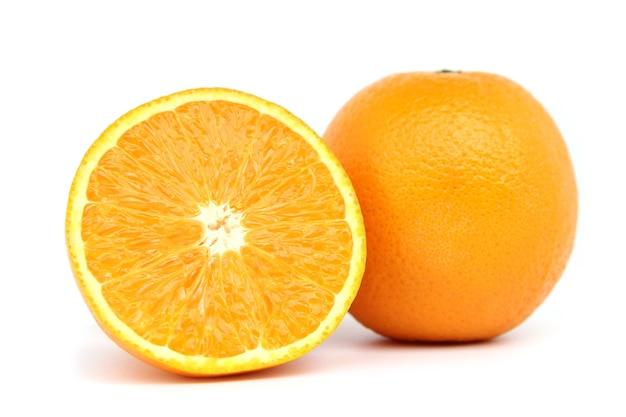Свежие оранжевые фрукты, изолированные на белом фоне.