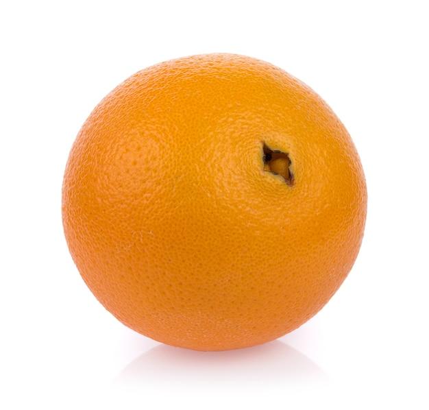 Свежие апельсиновые фрукты, изолированные на белой поверхности