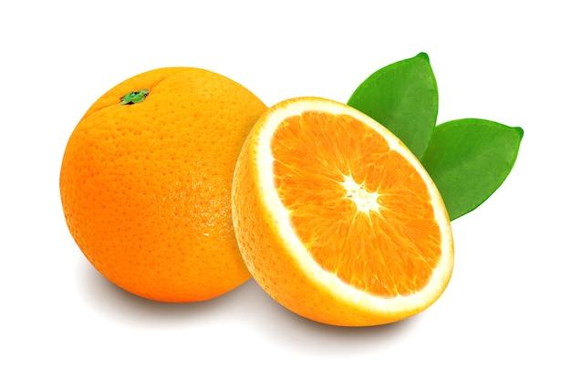 白で隔離される新鮮なオレンジ色の果物