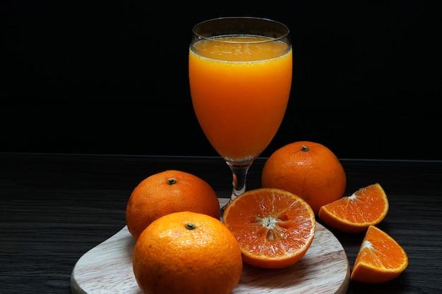 新鮮なオレンジフルーツはグラスにオレンジジュースを作ります