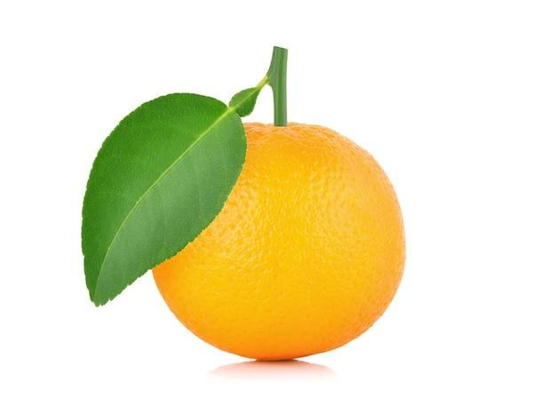 흰색 배경에 고립 된 잎 신선한 오렌지 과일
