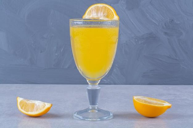 대리석 테이블에 신선한 오렌지 과일과 주스.