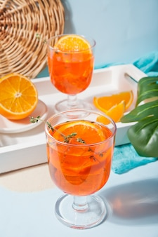 Свежий апельсиновый чай со льдом на стакане