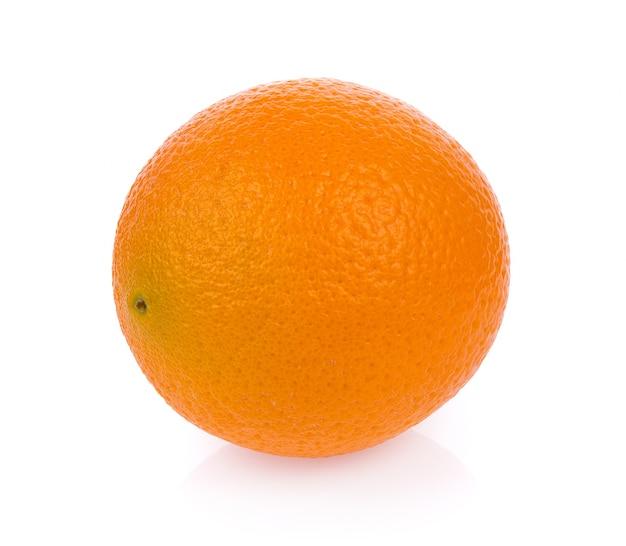 Свежий апельсин, изолированные на белой поверхности