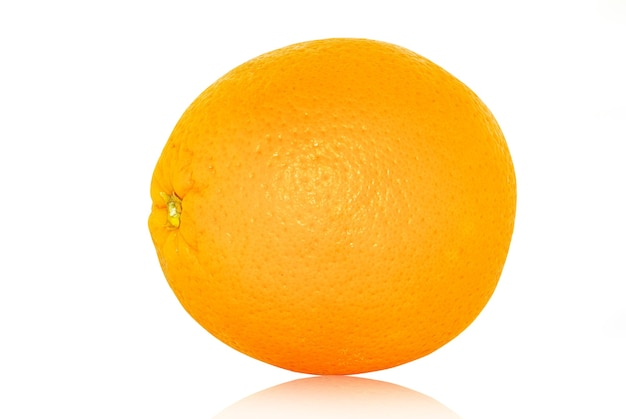 Свежий апельсин, изолированные на белом фоне