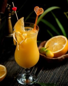 テーブルの上の新鮮なオレンジジュースカクテル