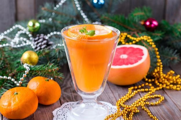 Свежевыжатый апельсиновый сок на зиму и рождество