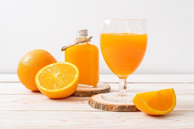 나무 배경에 신선한 오렌지 주스 유리