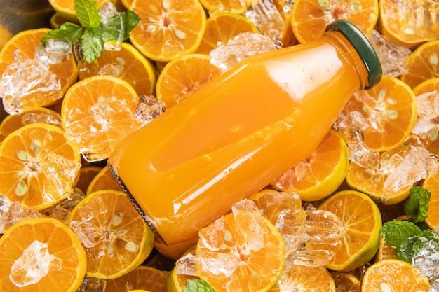 ガラスの瓶に入ったフレッシュ オレンジ ジュース、ミント、フレッシュ フルーツ。セレクティブ フォーカス。