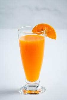 대리석 배경에 유리에 신선한 오렌지 주스