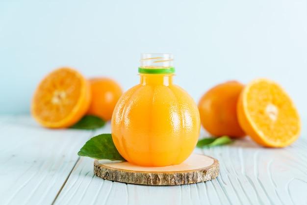 나무 배경에 신선한 오렌지 주스