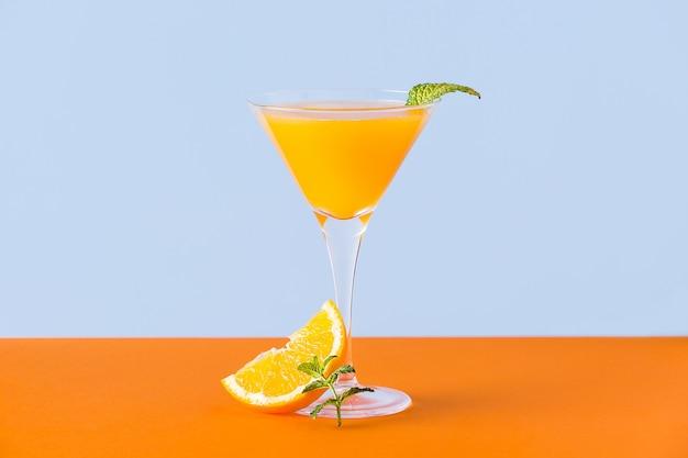 민트 잎이 들어간 신선한 오렌지 주스와 오렌지 표면의 바닥에 슬라이스