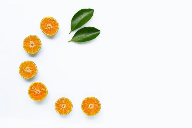 Свежий апельсин на белом фоне. Premium Фотографии