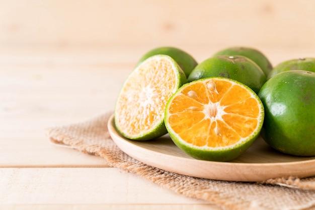 나무 접시에 신선한 오렌지