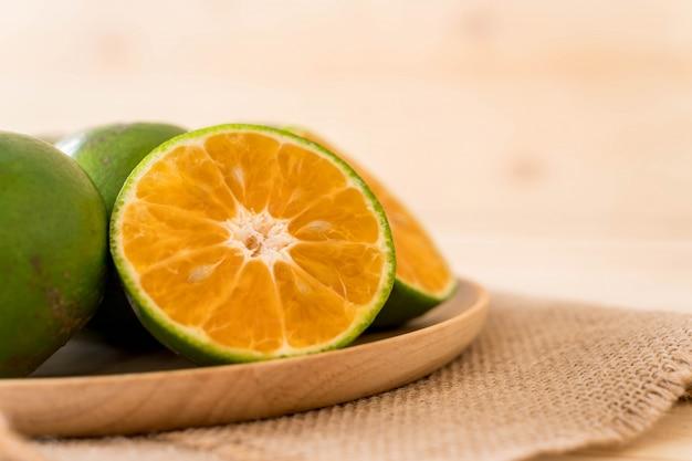 木製のプレート上に新鮮なオレンジ