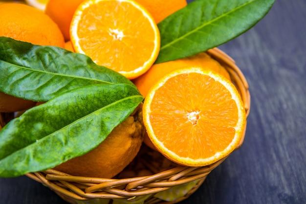 바구니에 잎과 신선한 오렌지