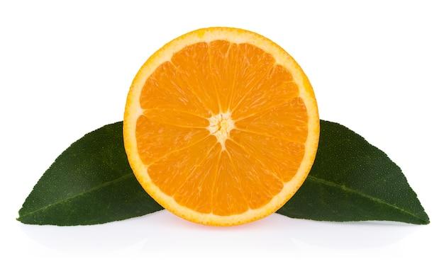 Свежий апельсин с листьями, изолированными на белой поверхности