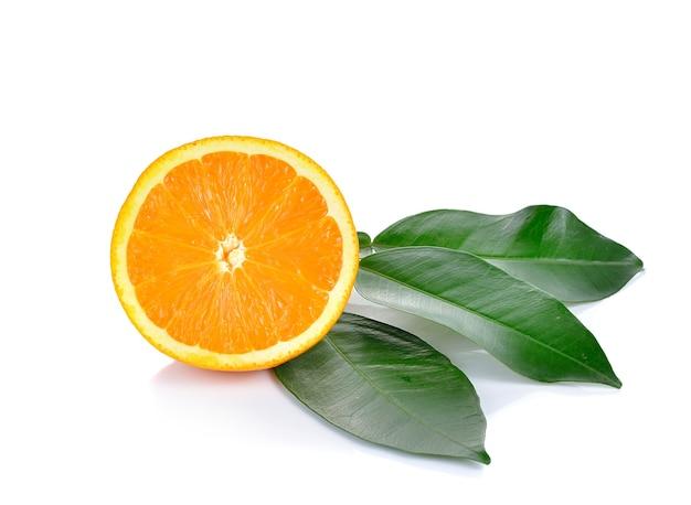 分離した葉と新鮮なオレンジ