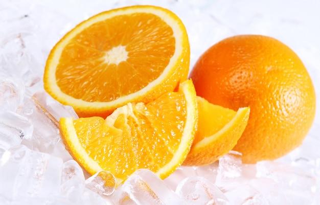 Свежие апельсины и лед