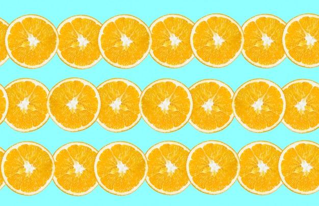Свежие апельсины нарезать ломтиком, изолированные на синем фоне. здоровая пища. свежие витамины. вегетарианский.