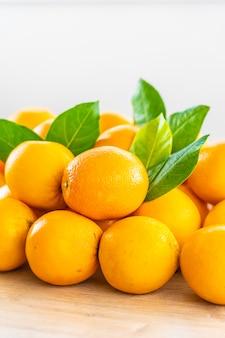 테이블에 신선한 오렌지 과일