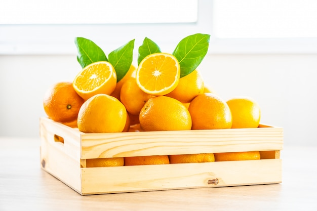 Фрукты свежие апельсины на столе