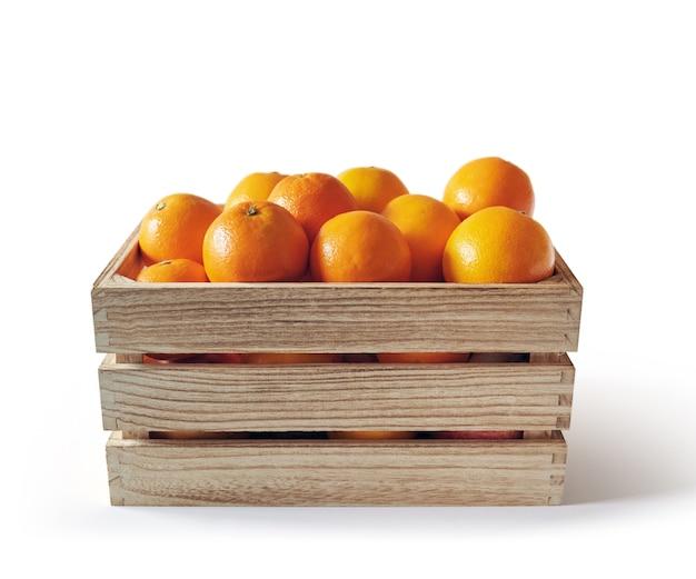 Свежие апельсины в деревянной коробке