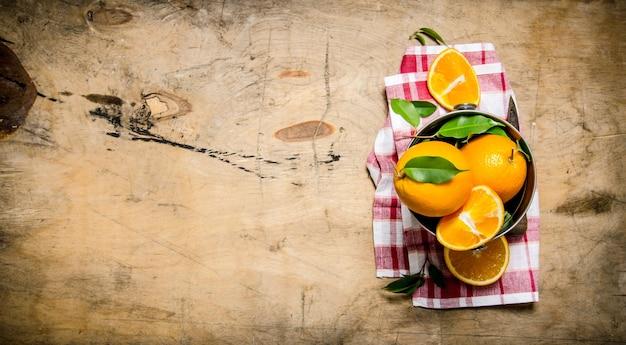 生地のバケツに新鮮なオレンジ。