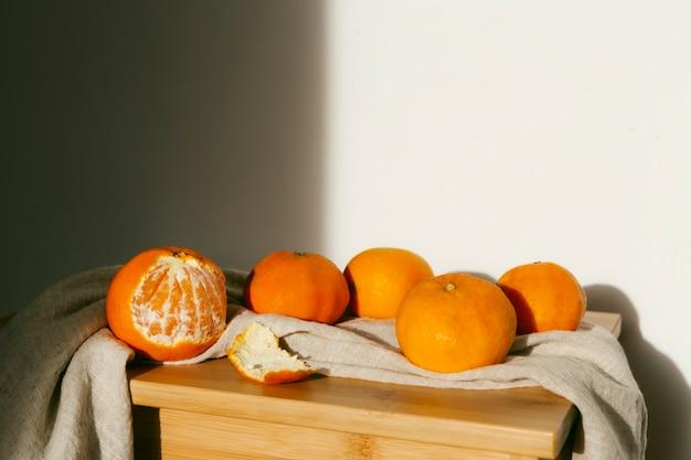 テーブルの上の新鮮なオレンジ Premium写真