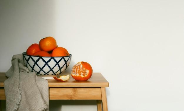 テーブルの上の新鮮なオレンジ