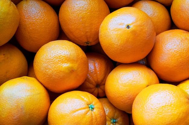市場のクローズアップの新鮮なオレンジ