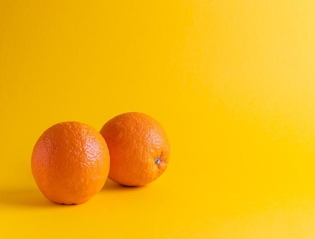黄色の背景に新鮮なオレンジ