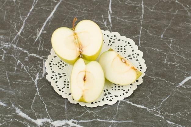 신선한 유기농 사과. 회색에 사과 조각.