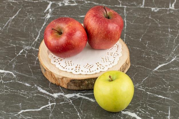 新鮮な有機リンゴ。木の板にリンゴ。