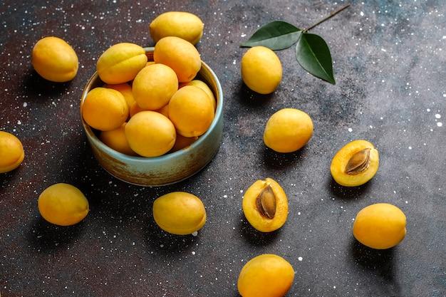 新鮮な有機アプリコット、夏のフルーツ、トップビュー