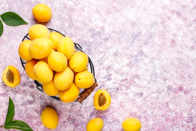 新鮮な有機アプリコット、夏の果物、上面図