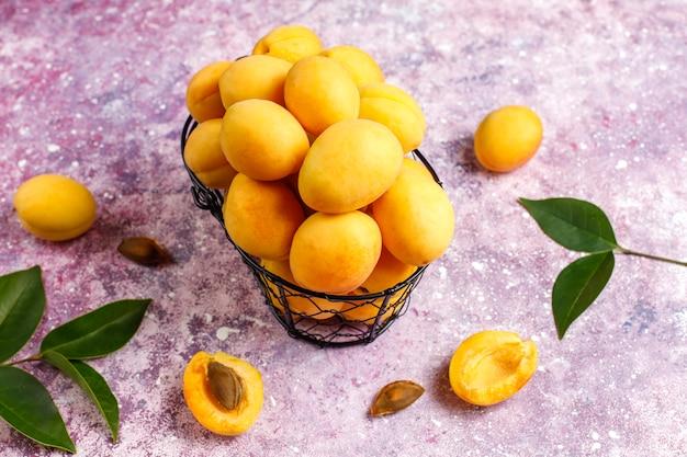 Свежие органические абрикосы