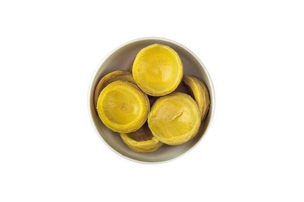 흰색 배경에 그릇에 신선한 유기농 아티초크