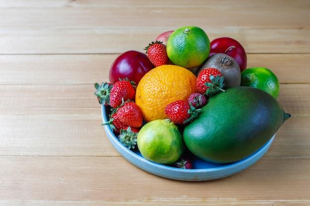 新鮮なオーガニックのフルーツ盛り合わせとベリー。