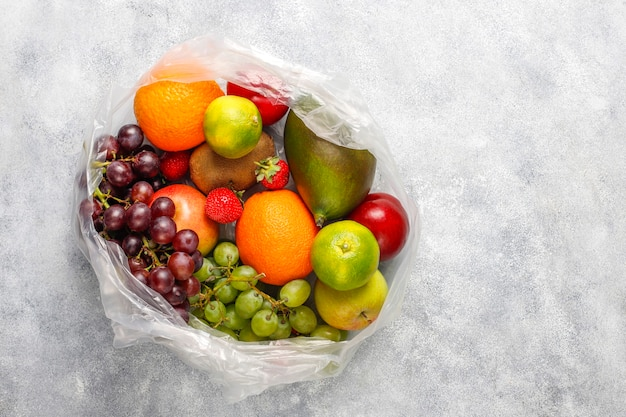 신선한 유기농 모듬 과일과 열매.