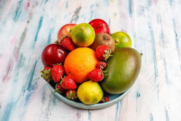新鮮なオーガニックのフルーツとベリーの盛り合わせ。